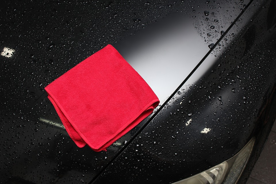 Como lavar o carro em casa sem danificar a lataria e o estofado?