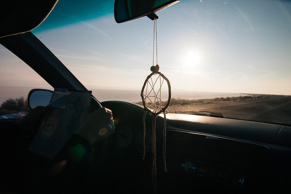 Foto da janela de um carro. Imagem ilustrativa para o texto como lavar o carro em casa.