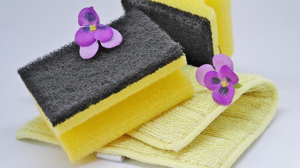 Foto de esponjas e toalhas de limpeza. Imagem ilustrativa para o texto restaurar os plásticos do automóvel.